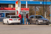 BMW 520i Touring, Mercedes E 200 T, Tankstelle