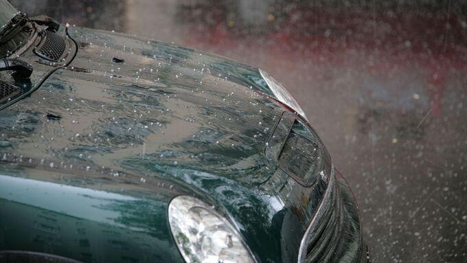 Hagel kann Dellen an der Karosserie und Risse im Glas hinterlassen.