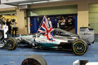 Hamilton streichelt Auto zum Sieg