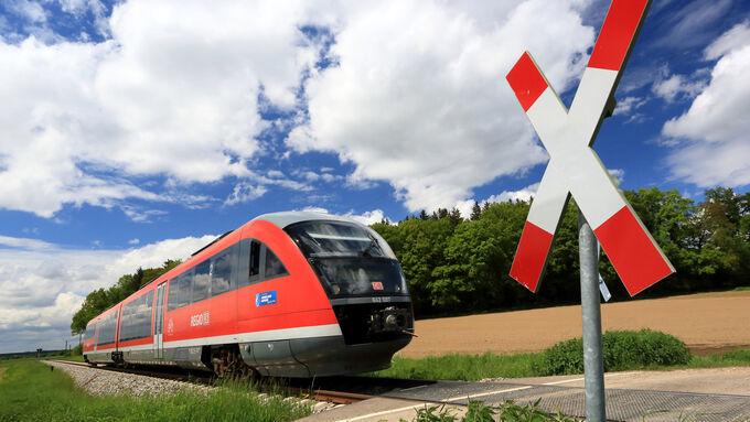Zug am Bahnübergang